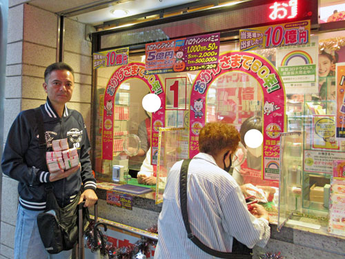 1番窓口でハロウィンジャンボ宝くじを買って記念撮影