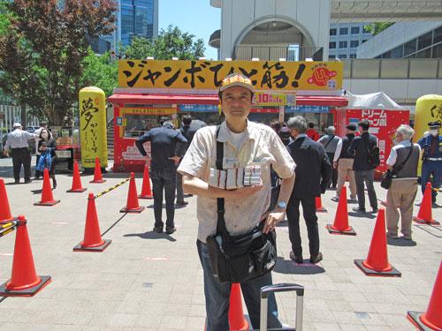 大阪駅前第四ビル特設売場の前で今日買った宝くじを持って記念撮影