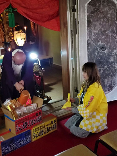 宝寺で年末ジャンボ宝くじの高額当選のご祈祷