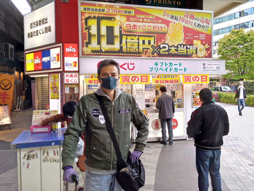 有楽町駅大黒天売場をバックに記念撮影