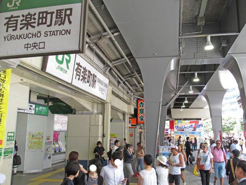有楽町駅前の多くの人で混雑