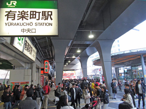 有楽町駅中央口駅前の凄い人出