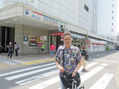 名鉄名古屋駅のビルの前で記念撮影