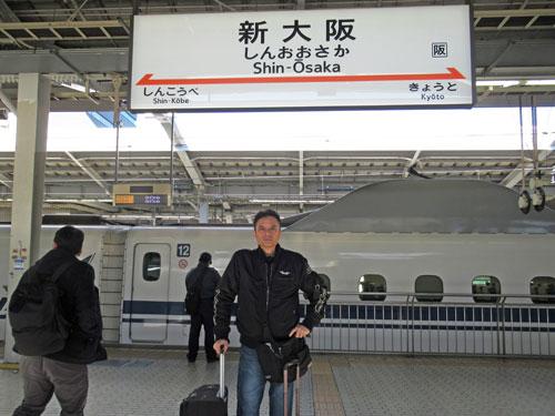 新幹線新大阪駅ホームで記念撮影