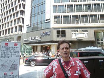 池袋駅西口駅前で動画撮影中