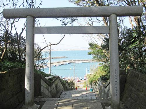 参道の途中の小さな鳥居の下に海が広がる絶景ポイント