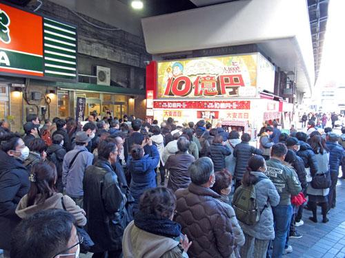 有楽町駅大黒天売場には恐ろしい数の長い行列が発生中