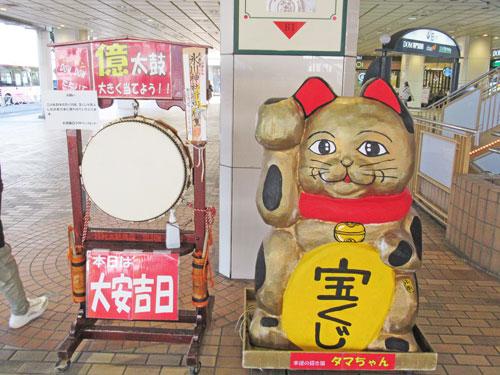 名物の億太鼓と金色の招き猫