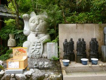 巨大な招き猫の石造