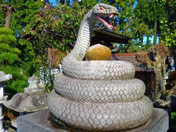 巨大な蛇の石造