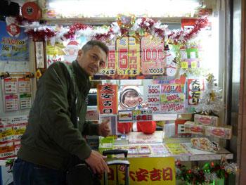 売場の窓口で高橋さんと記念撮影