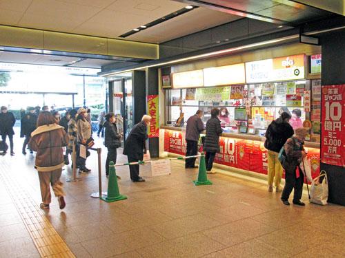 多くのお客さんで賑わっている南海なんば駅構内1階売場