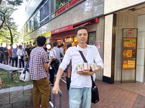売場の前で今日買ったハロウィンジャンボ宝くじを抱えて記念撮影
