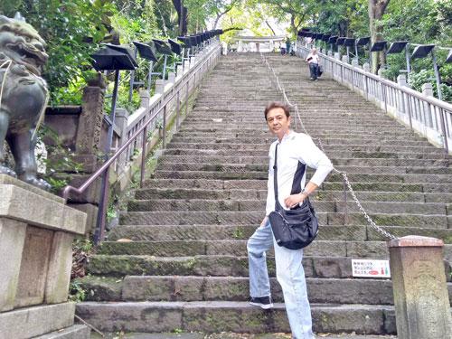 物凄い急な階段を登ろうとしてビビる私