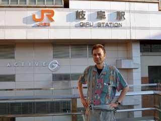 JR岐阜駅前で記念撮影