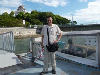 唐津城をバックに海上タクシー乗り場で記念撮影