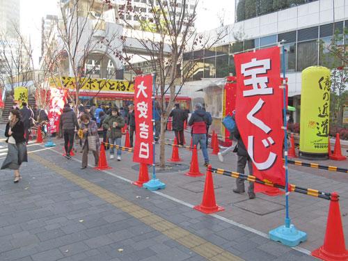 多くのお客さんで行列が発生中の大阪駅前第4ビル特設売場