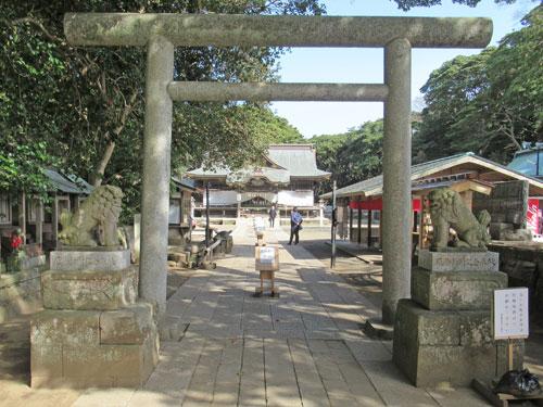 緑のトンネルを抜けると酒列磯前神社の境内入り口