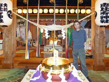 幸運の黄金釜で記念撮影