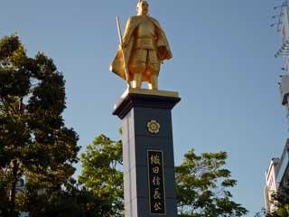 駅前にある織田信長の金色の銅像