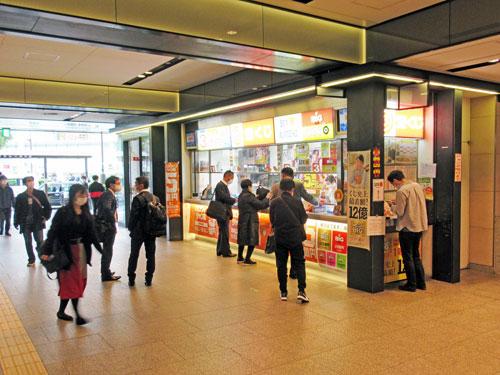 多くのお客さんで賑わっている南海なんば駅構内一階売場