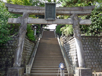 長い参道は急な階段