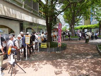 西銀座チャンスセンターの宝くじ売場入口