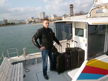 大型バックを船に積み込んで記念撮影