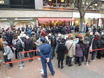 売場の前の広場は多くのお客さんで埋め尽くされております