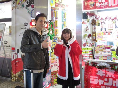 カリスマ販売員の高橋さんと記念撮影する私