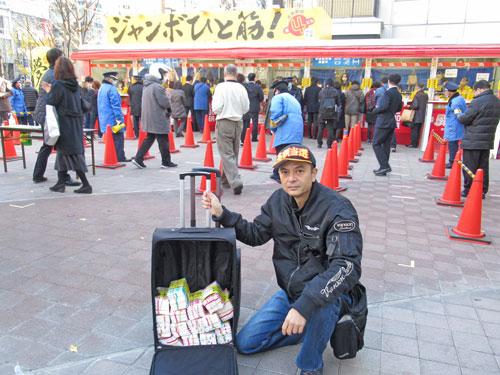 大阪駅前第4ビル特設売場の前で今日買った年末ジャンボ宝くじをバックに詰めて記念撮影