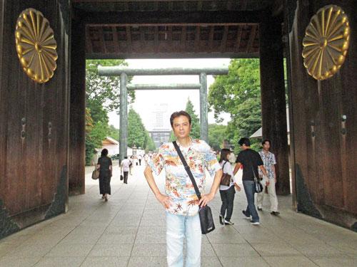 2つの菊花の御紋章が取り付けられている神門