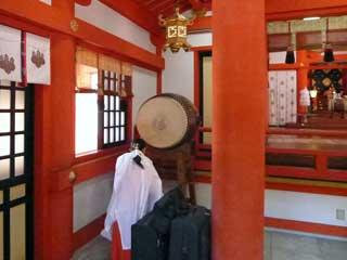 巫女さんの太鼓で祈祷の開始