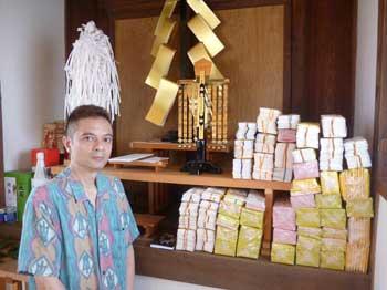 祭壇に積まれた33000枚の宝くじの山