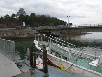 船の桟橋の向こうには唐津城