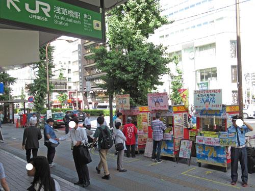 浅草橋駅東口の多くの人での喧騒