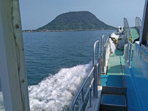 唐津本土から船に乗って宝当神社がある高島に行く途中の海上