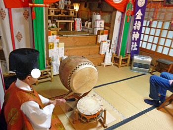 宮司さんによる太鼓でご祈祷の開始