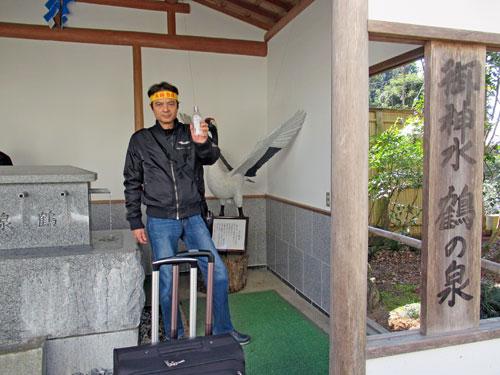 御神水の鶴乃泉のお水取りで記念撮影