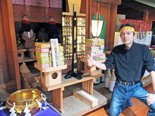 祭壇には山のような東京2020ジャンボ宝くじが奉られています