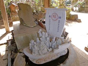 手洗い場では七福神の石牌