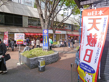 売場の前の広場は多くのお客さんで大混雑の様子です