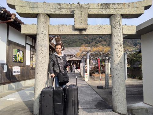 宝当神社の鳥居で参拝の記念撮影