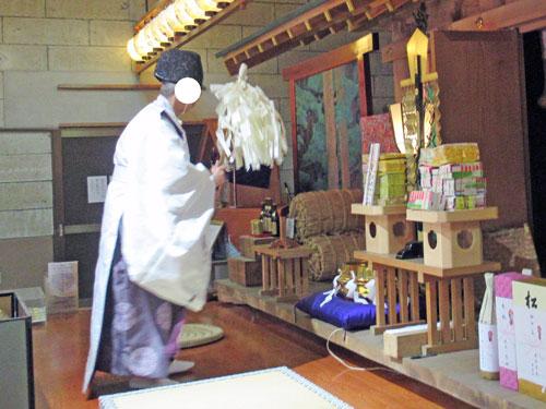 宮司さんが宝くじを白い御幣でバサバサと罪穢れをお祓いします