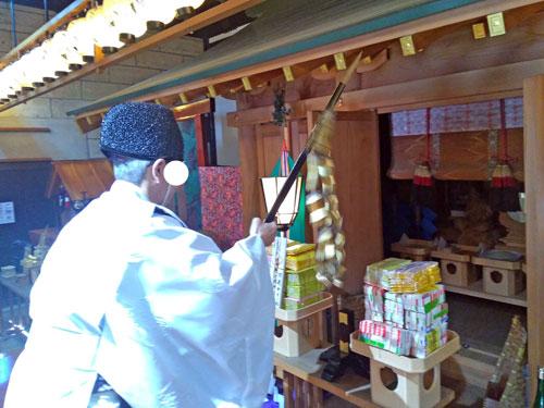 宮司さんが宝くじに向かって御幣鈴により神様から御神恩を頂きます