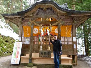 金持神社の拝殿に到着して記念撮影