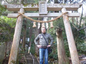 金持神社の神額の下で記念撮影