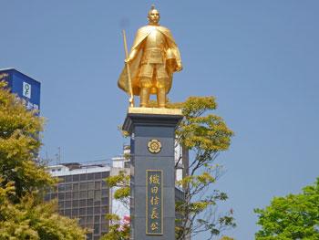 岐阜駅前に鎮座する黄金色の織田信長像