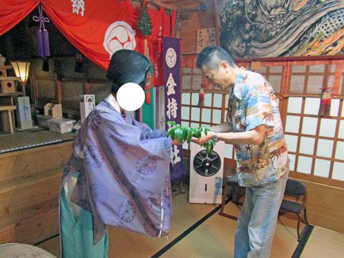 玉串奉奠(たまくしほうてん)の儀で榊の木の枝を奉納します