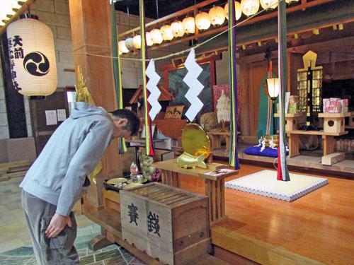 玉串奉奠の儀で玉串を拝納し二礼二拝一礼をする私